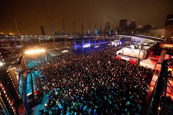 MontrŽal - Neuf mille spectateurs ont profitŽ du redoux de vendredi pour aller danser sur les grasses basses de Ghislain Poirier au festival de musique Žlectronique Igloofest. En neuf soirs de programmation, le site du Vieux Port de MontrŽal a accueilli une foule record de prs de 60 000 danseurs...PHOTO : MIGUEL LEGAULT..MOTS CLƒ: Muqieue Žlectronique, Igloofest, Piknic ƒlectronik, froid, danse, Vieux-Port.
